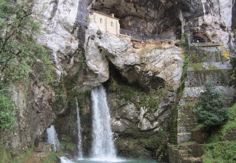 Santa Cueva de Covadonga centro espiritual de Asturias