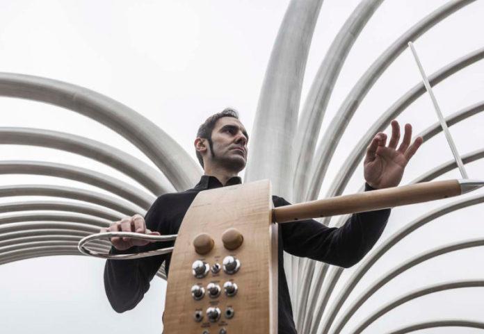 Maestría en theremín, la música distante de Javier Díez