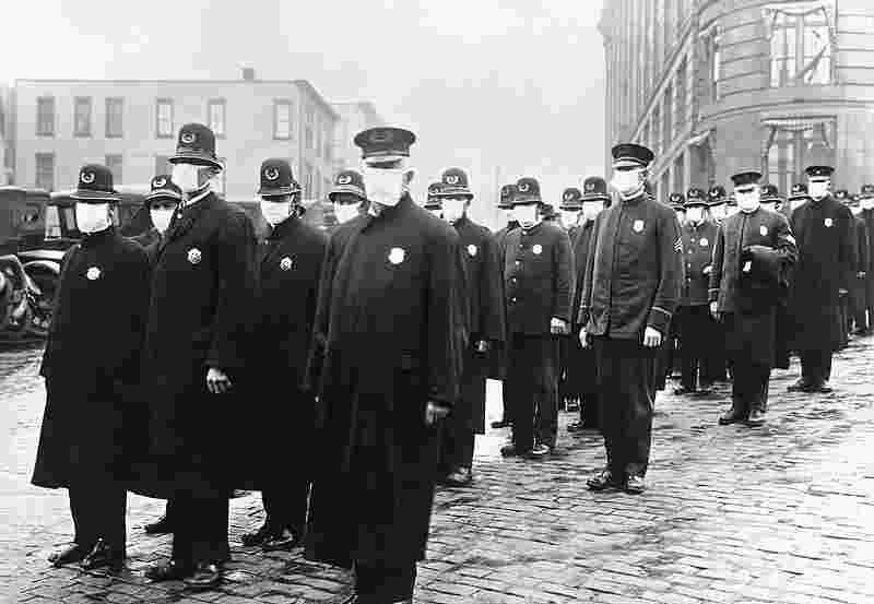 La Gripe Policías de Seatle con mascarilla en diciembre de 1918. Cruz Roja