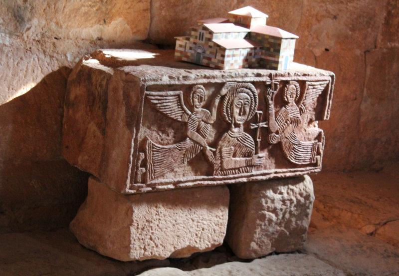 Detalle de una de los sillares de la Ermita de Santa María Quintanillas de la Viñas