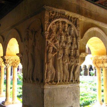 Detalle del capitel de uno los pilares del Claustro de Santo Domingo de Silos