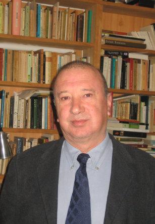 El profesor Angel Herrero en su casa de Alicante, en 2005.