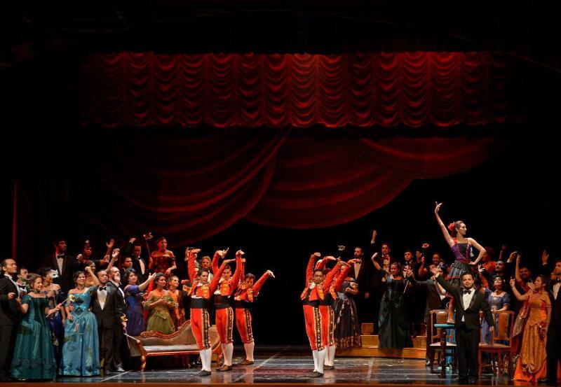 Escena Segundo Acto de La Traviata, Verdi. Teatro Lírico del Centro del Conocimiento, Posadas, Argentina.