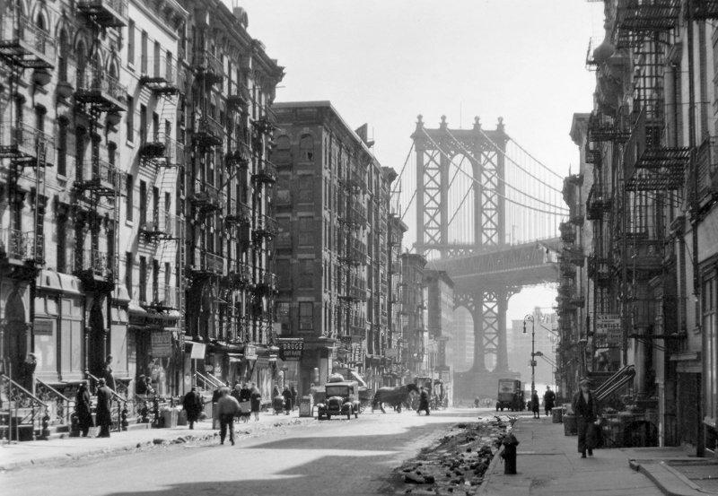 Pike y Henry Street con el puente de Manhattan Berenice Abbott New York Public Library