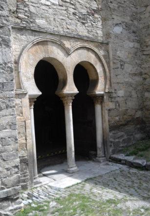 Puertas mozárabes de la Iglesia Santiago de Peñalba. Valle del Orza en Ponferrada León.