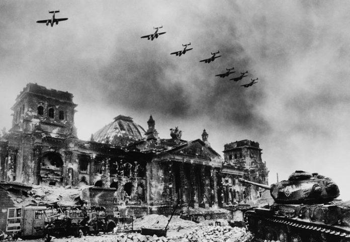 El terror que llegó desde el aire. Aviones sobre el edificio del Parlamento Alemán, el Reichstag. Foto: Jewgeni Chaldej